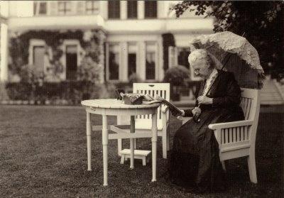Koningin-Moeder Emma in de tuin van paleis Soestdijk  1923  foto: A.G. van Agtmaal