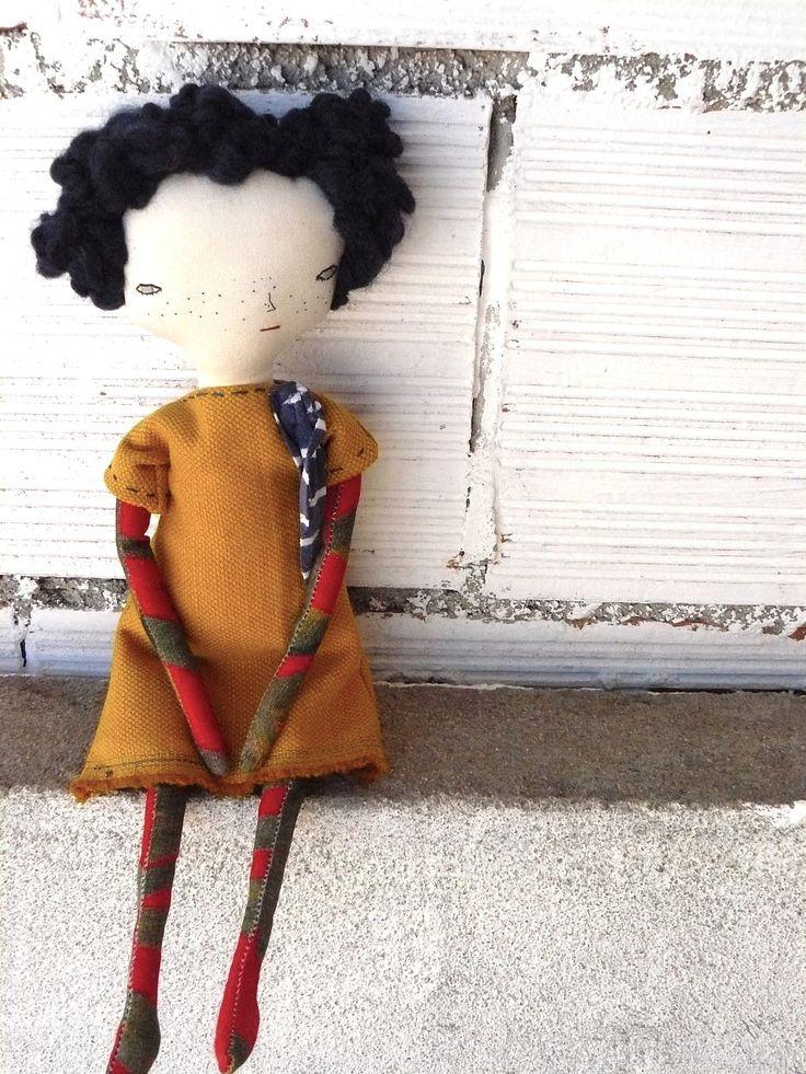 Muñeca con pelo rizado de lana azul oscuro cosido a mano.  32 cm de AntonAntonThings en Etsy