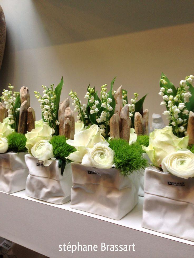 Mousse, muguet, bois flotté et fleurs