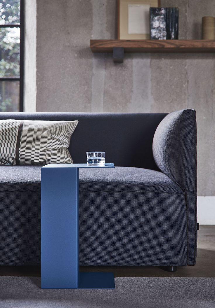 Een prachtig detail van de bank Pillow met bijzettafel Ori. Deze bank is maar 72…