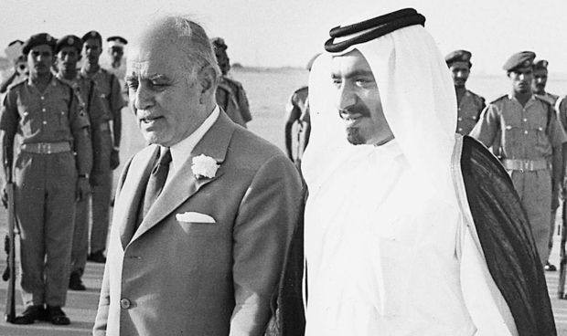 Mantan emir Qatar meninggal dunia pada usia 84 tahun  DOHA (Arrahmah.com) - Qatar pada Ahad (23/10/2016) mengumumkan tiga hari berkabung nasional setelah mantan Emir Khalifa bin Hamad Al-Thani yang digulingkan dalam kudeta istana meninggal pada usia 84 tahun.  Mantan penguasa kakek dari Emir Tamim bin Hamad Al-Thani meninggal dunia pada Ahad (23/10) menurut pernyataan resmi dari istana kerajaan lansir MEE.  Selama ia memimpin dari tahun 1972 sampai 1995 ia mengawasi transformasi modern yang…