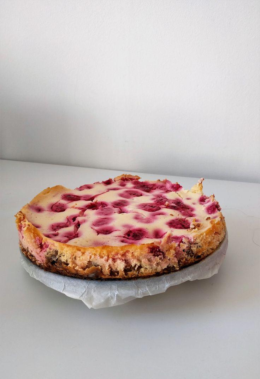 Frambozen-citroen cheesecake met kandijkoekbodem