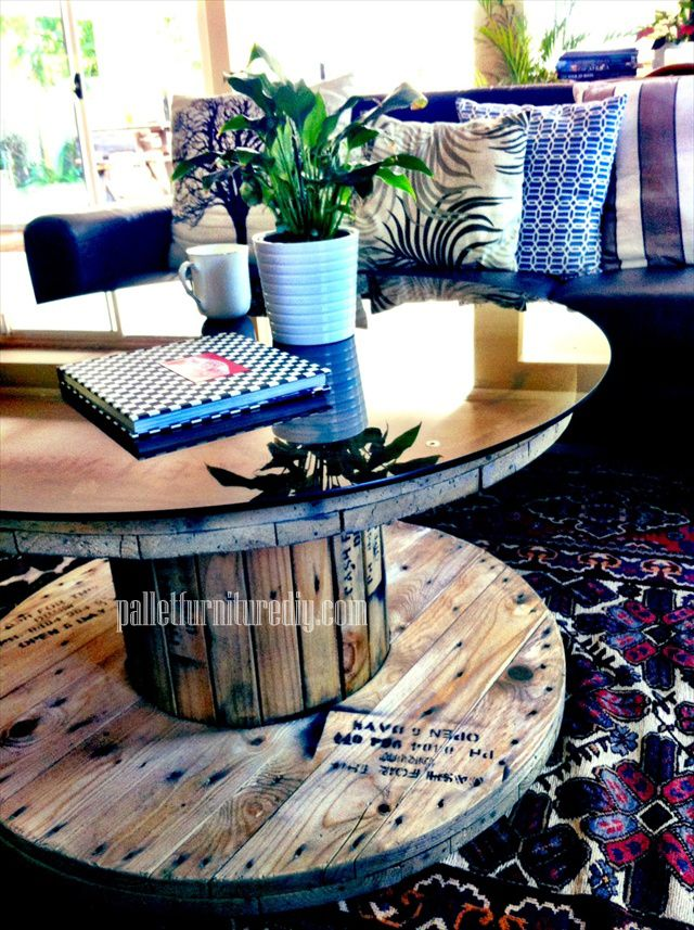 pallet tables with pictures on them | Round Shape Pallet Coffee Table