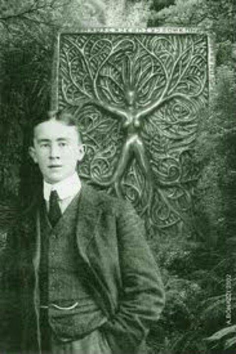 """Un joven J.R.R. Tolkien .... """"Faerie contiene muchas cosas además de los elfos y los duendes y además enanos, brujas, duendes, gigantes y dragones; el mismo contiene los mares, el sol, la luna, el cielo; y la tierra, y todas las cosas que son uno en el mismo:. árbol y aves, el agua y la piedra, el vino y el pan, y nosotros, los mortales, cuando estamos encantados """"- JRR Tolkien"""
