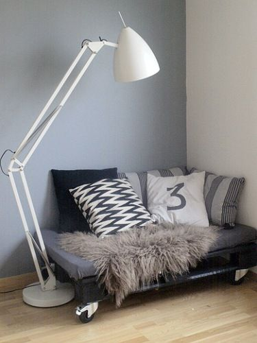 cuddle corner/reading nook made from a pallet and throw pillows