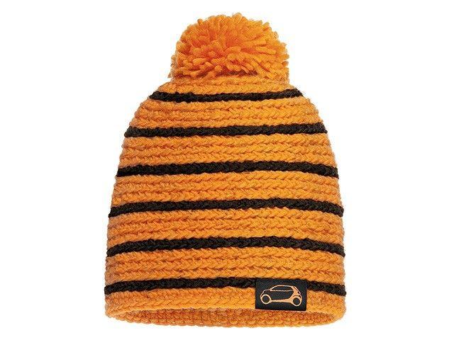 Il caldo berretto di maglia con pompon colpisce per l'accostamento cromatico nero/arancione oppure bianco/blu. È realizzato in un misto di lana e acrilico.