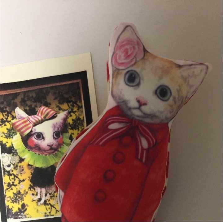 ヒグチユウコ 赤いお洋服の猫ブローチ ヒグチユウコ 猫 ブローチ