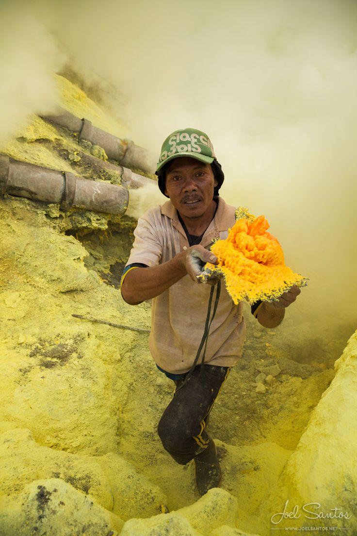 Kaweh Ijen sulphur miner, Java, Indonesia - JOEL SANTOS - Photography