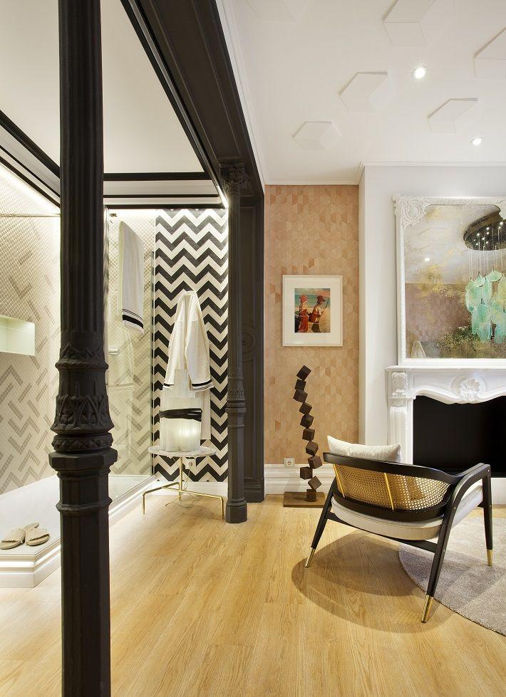 La chimenea artificial y el suelo de madera de espiga del estudio de Ele Room 62 combinan a la perfección con el mueble Stillness, el lavabo Caravan Nepal, la grifería Composed y la bañera Elite en isla de Jacob Delafon.