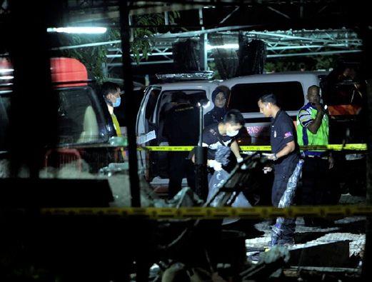 Tubuh remaja dikerat dimasuk dalam 5 plastik kepala ditanam ditemui   Mayat seorang lelaki yang dikerat beberapa bahagian dan dibungkus ke dalam lima plastik kemudian disorok di dalam kalbat parkir di sebuah rumah di Kampung Kesang Laut di sini ditemui petang tadi.  Tubuh remaja dikerat dimasuk dalam 5 plastik kepala ditanam ditemui  Dalam kejadian kira-kira jam 3.15 petang itu tuan rumah berkenaan yang terkejut menemui pergelangan kaki manusia di pekarangan rumahnya terus menghubungi polis…