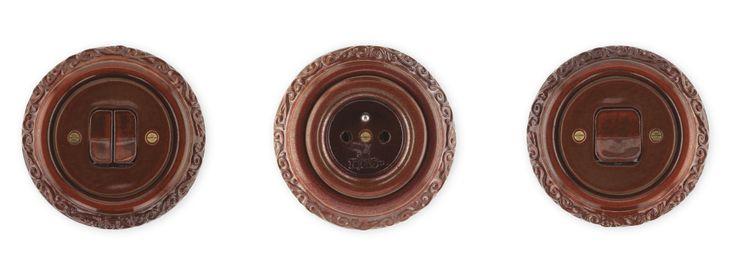 Porcelánové zásuvky a vypínače Mulier Ornament hnědá mahagon.