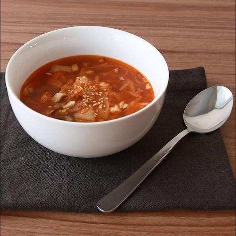 「簡単 キムチスープ」の作り方を簡単で分かりやすい料理動画で紹介しています。簡単に作れる具材たっぷりレシピです。 食卓にもう一品欲しい時や温かいものが飲みたい時、小腹が空いた時などに最適です。 ニラやひき肉を加えたり、辛い物が好きな方はラー油を最後に垂らしても美味しくいただけます。 お好みでアレンジしてみて下さい。