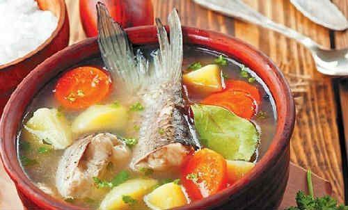 Вкусная и полезная уха из горбуши, головы и хвоста. Рецепты с пшеном, перловкой, рисом, сливками, из консервы, в мультиварке. Калорийность блюда