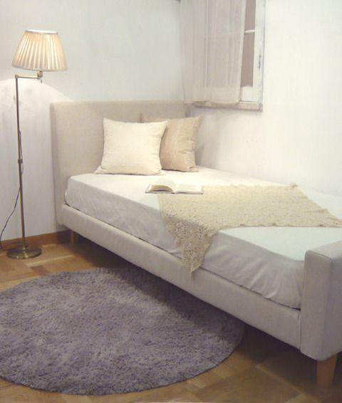 rug main02  キラキラと光る朝日に映えるラベンダーを寝室に。 清潔なイメージのある白を基調とした空間に気品のある紫を入れることで 可愛らしい色合いの中に温かみもプラスされ、落ち着いた雰囲気をかもしだします。 これから朝と夜はどんどん冷え込んできます。 そんな時、寝・起きするときの足元にラグが一枚あるだけで 床からの冷気の伝わり方がぜんぜん違うんですよ。     今回はリビング・プライベートルームで提案させていただきましたが、 色が変わるだけでお部屋のイメージもがらりと変わっていきます。 サイズも10cm単位でオーダーでき、形もスクエアかサークルよりお選び頂けるので オリジナルの自分だけのラグが作れちゃうのも嬉しいところ。
