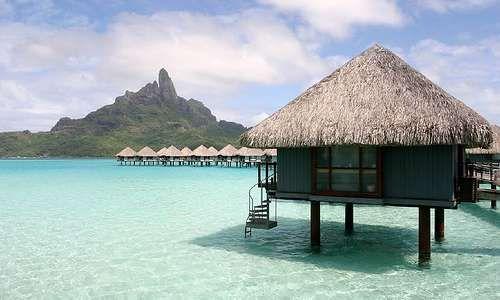 Bora Bora, Ranskan Polynesia. Kuvassa bungalow meren päällä.