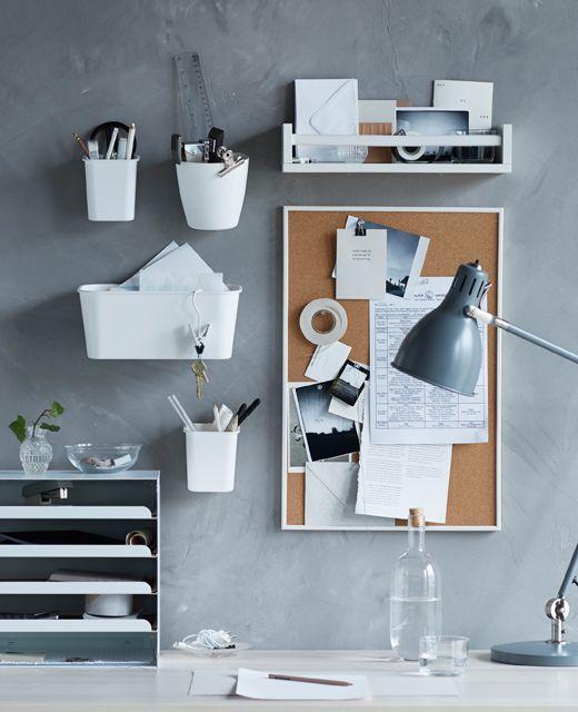 Idé til indretning af et kollegieværelse med et skrivebord med vægopbevaring og en opslagstavle til beskeder.