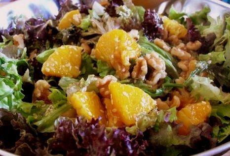 Το μέλι μας φέρνει μια υγιεινή συνταγή για πράσινη σαλάτα με πορτοκάλι και dressing μ�
