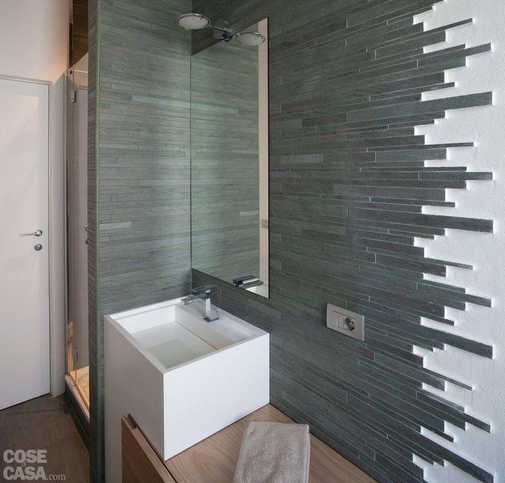 In corrispondenza del lavabo le pareti sono rivestite da listelli effetto pietra in gres porcellanato, mentre dall'altra parte del locale il muro è invece semplicemente intonacato di bianco. #casa #cosedicasa #bagno #bathroom #arredamento #arredamentocasa #home #house #design