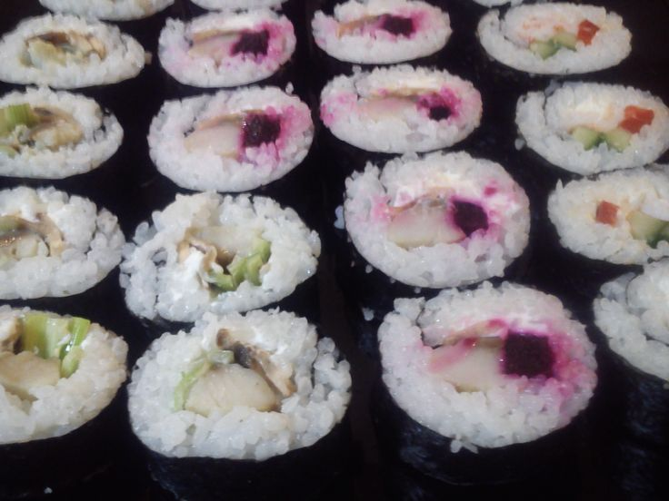 autorskie podejście do sushi, ze śledzikiem i buraczkiem, pychotka :)