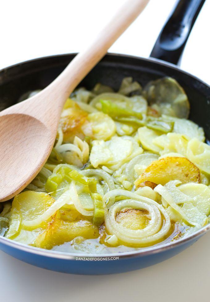 Patatas a lo pobre. Las patatas a lo pobre son una receta muy típica de la gastronomía española, están riquísimas y solo necesitas 6 ingredientes para prepararlo | danzadefogones.com #danzadefogones