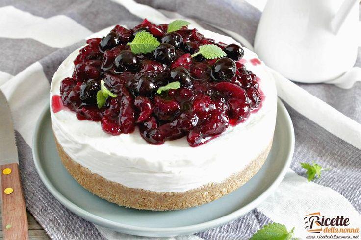 La cheesecake è probabilmente il dolce più famoso della pasticceria statunitense. In questa ricetta è rielaborato alla maniera italiana sostituendo il formaggio Philadelphia con la ricotta impreziosito da una guarnizione alle ciliegie. Se vi piace questa cheesecake provate quella alla ricotta e p...