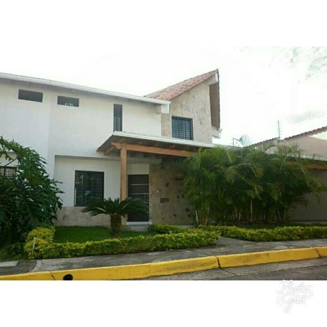 """En la ciudad de San Cristóbal puedes adquirir está propiedad🏡 bellísima😍😁 ubicado en Pueblo Nuevo📍, en Conjunto Residencial 👮📽. Son 320m²📏  con buenos acabados de Lujo💎 y amplíos espacios🔛 donde se aprovecha la iluminación natural ☀ al máximo. ¡EXELENTE OPORTUNIDAD! ✔. ¡CONTÁCTAME! 📞📲 0426- 327.03.53 Llámame y con gusto le atenderé. """"Precios y Condiciones establecidos por los PROPIETARIOS""""  #BienesRaíces #AsesorInmobiliario #InmobiliariaRomac #JUNTOSSOMOSMÁS #Romac #Táchira…"""