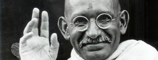 1. BIOGRAFÍA Mahatma Gandhi fue un abogado, político y pensador indio del siglo XIXy XX (nació el 2 de octubre de 1869 y murió asesinado el 30 de enero de 1948)conocido principalmente por reivindicar y conducir laindependencia de la India a través de métodos no violentos. 1.1. Infancia Nació en Porbandar, una pequeña ciudad costera ...