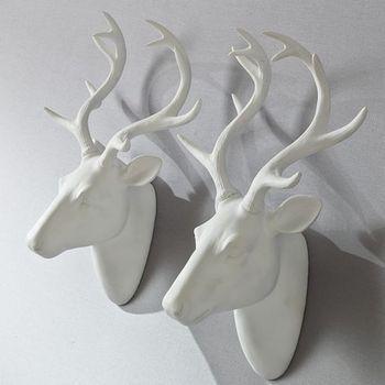 On craque pour cette tête de cerf blanche à suspendre dans une entrée, une chambre, ou au salon pour créer une atmosphère chaleureuse qui inspire la nature http://www.decoration.com/tete-de-cerf-murale-blanche,fr,4,136528.cfm