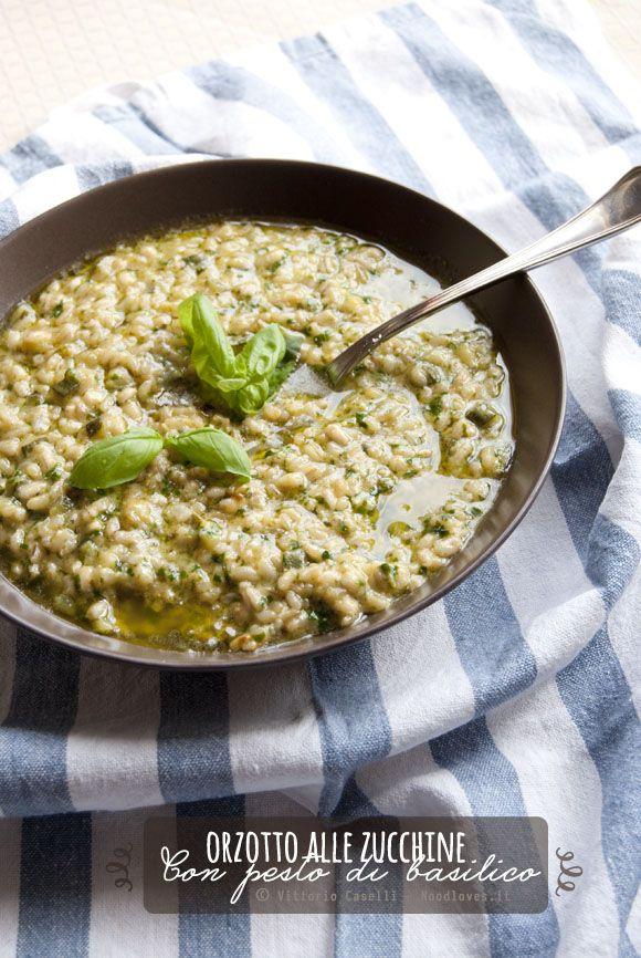 Primo piatto stupendo, dai sapori naturali e perfettamente bilanciati! Orzotto alle zucchine mantecato con pesto di basilico fatto a mano. Da provare!