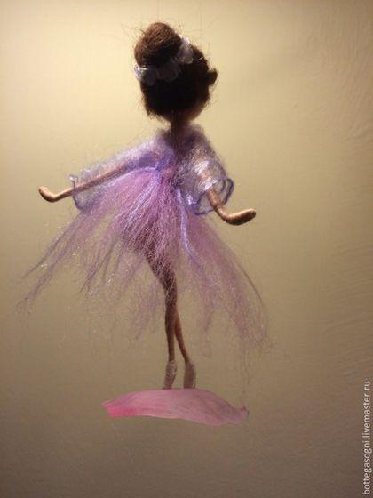 Купить или заказать Сухое валяние Фея-балерина 'Танец заката' в интернет-магазине на Ярмарке Мастеров. В этих оттенках я вижу свет заходящего солнца: тихий, мягкий, спокойный ... Платье изящной фигурки балерины в нежных сиреневых тонах. Волосы украшены белыми цветами с сиреневым оттенком. База - лепесток пиона.. Это может стать оригинальным подарком для тех, кто любит балет и красоту.