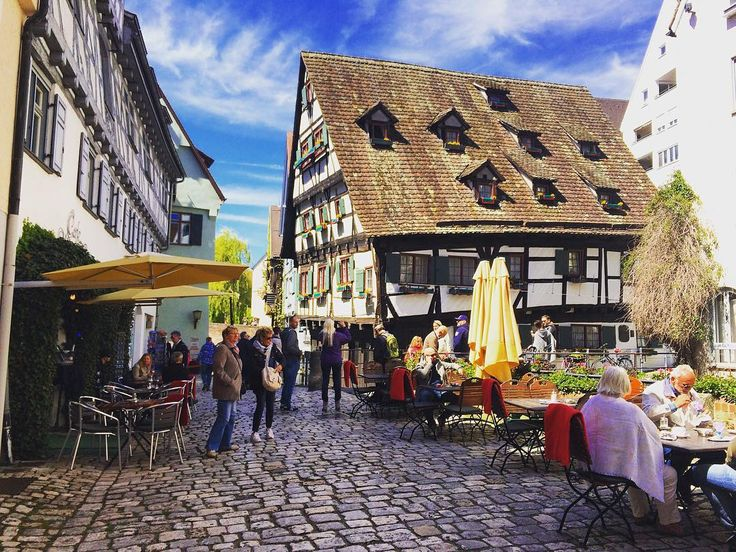 Jako Wasza nidziela? Poaście sie!  My ôd rana we cugach ze 'Bayern Ticket' w kapsie. Bylimy już we Ulm - majōm tamek gryfno ekniynto chałpa  Terozki cisnymy na Augsburg  A na cołko naszo rajza umicie sie podziwać na InstaStories - #ulm #bavaria #bayern #bawaria #germany #deutschland #niemcy #belekaj #rajza #godej #zwiedzamy #zwiedzanie #podróż #podroze #podróże #blogtroterzy #blogpodrozniczy #polishtravelblogs #travel #topgermanyphoto #schiefeshouse #crookedhouse #travelgram #travelblog…