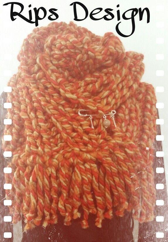 Rips Design Sciarpa multicolor con frange chiusa da spilla con ciondoli. Pagina Facebook : Rips Design