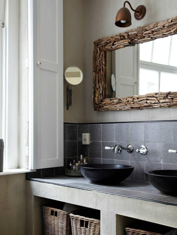 Bekleed je spiegel met houtjes voor meer sfeer in je badkamer
