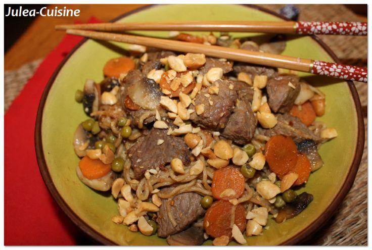 Nouilles sautées aux légumes, au boeuf et à la cacahuètes http://juleacuisine.blogspot.fr/2014/01/nouilles-sautees-aux-legumes-au-boeuf.html