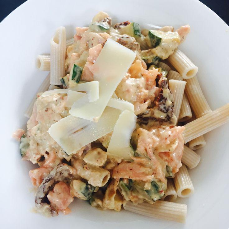 """Ik had vroeger een hekel aan vis! Stonk en bah, bah, bah. Nu is dit mijn favo (niet slanke!!) recept. Ik eet zelf altijd glutenvrije pasta, mijn prikkelbare darm altijd reageert op """"gewone"""" pasta.  Dit recept komt via mijn schoonmoeder die te lekker kan koken. En het is inmiddels het favoriete gerecht van mijn zoon.  Voor 2 personen:   150/200 gram pasta  200 gram gerookte zalm  1 eetlepel grove mosterd (favo: Biermosterd van brouwerij de Hemel uit Nijmegen. Ja, ik woon in omgeving…"""