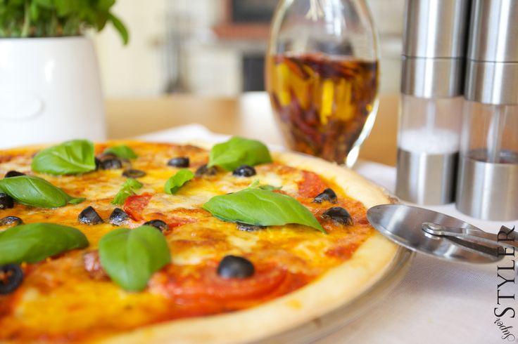 Pizza ze świeżymi pomidorami, oliwkami i świeżą bazylią #pizza #przepis #kuchnia #superstyler