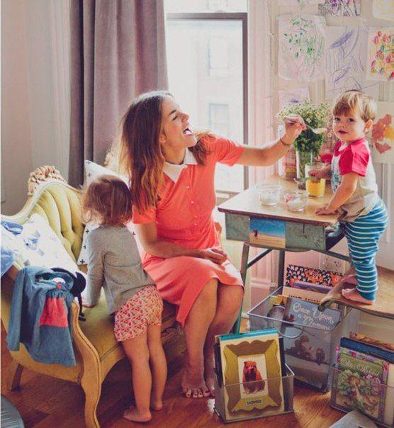 Так называемая неработающая мать — это самая трудная профессия, какую только изобрело ХХ столетие… Контролировать ее работу будут педиатр, воспитательница в детском саду, школьный психолог, все учителя ее детей, соседи, родственники, друзья, продавцы…, а