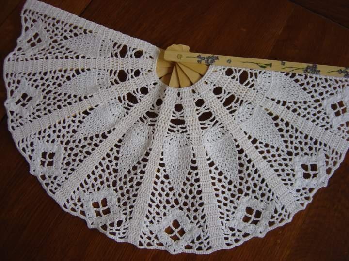 """Pour les cadeaux invités, je suis partie dans le fait-main : armature = easy to do, pour la partie """"tricotée"""" c'est toi la pro, tu dois pouvoir trouver un modèle facile et rapide. Les éventails sont de saison et dans le style un peu baroque. Tu peux les personnaliser pour en faire un souvenir de mariage pour les invités. http://www.forums.supertoinette.com/recettes_287661.eventail_au_crochet.html"""