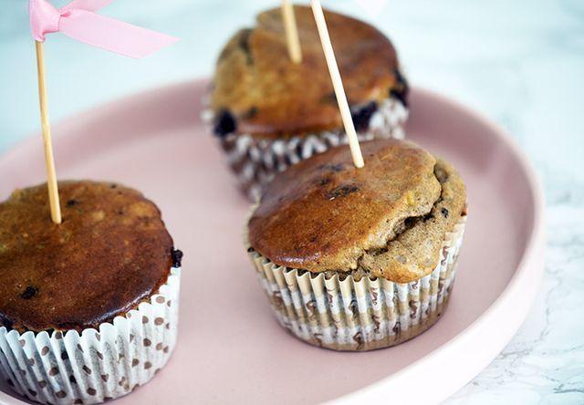 De her muffins er altså geniale! Og mine børn er helt enig med mig i den betragtning. Vi kalder dem hverdagsmuffins, da de er helt uden sukker og hverdagsvenlige, hvis man lige vil bage et hurtigt tre