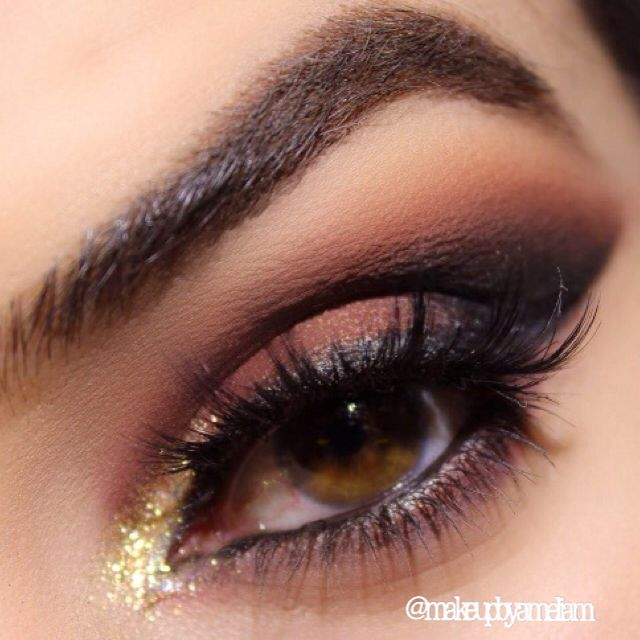 Perfect for the autumn Brows: @anastasiabeverlyhills Pomade in chocolate. Eye: all @makeupgeekcosmetics eyeshadows used. Brow bone 'mirage', transition colour 'frappe', outer crease 'bitten' and inner crease 'corrupt'. @nyxcosmetics Jumbo pencil in white on eyelid base and 'bitten' on centre lid and applied 'New Years eve pigment slightly on top! Applied corrupt and bitten under lower lash line! @motivescosmetics LBD gel liner @shopvioletvoss glitter in goldie for inner corner of tear duct…