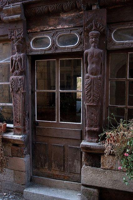 Ploërmel (Morbihan) - Porte avec 2 statues bois