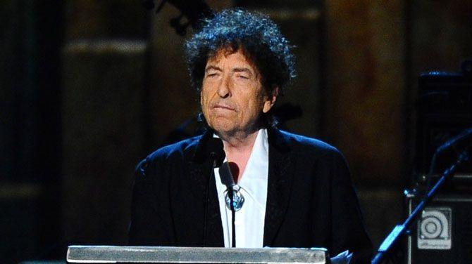 Vorig jaar won singer-songwriter Bob Dylan de Nobelprijs voor Literatuur. Hij is deze echter nooit komen ophalen. Hij liet vorig jaar de oorkonde ook door iemand anders ophalen. Dylan heeft naar aanleiding van zijn 2 concerten in Zweden nu contact opgenomen om de prijs op te halen.