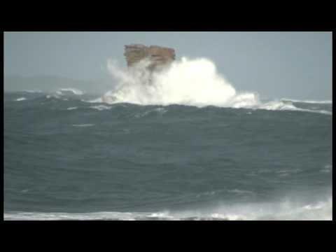 Tempête sur le rocher du corbeau, à l' Ile Grande, Pleumeur Bodou.  Heavy swell on the Corbeau rock, Ile Grande, Pleumeur Bodou.