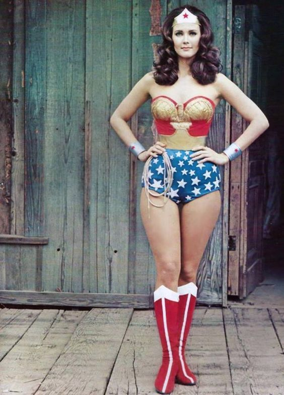 Lynda Carter as Wonder Woman (via Cinema Clássico)