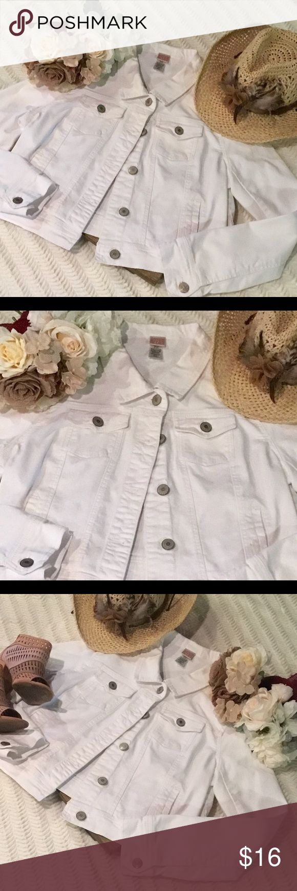 Canyon River Blues Denim Jacket White Denim 2 Front Pockets and 2 Slide Pockets 🌷Silver Buttons 🌻Adjustable in the back of the Jacket. Gently Used🌷 Canyon River Blues Jackets & Coats Jean Jackets