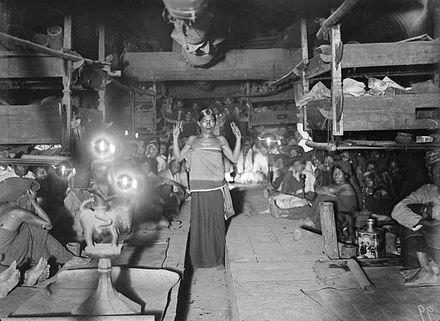 Indonesia, Sumatra ~ COLLECTIE TROPENMUSEUM Dansende Goeroe sibaso (vrouwelijke Karo-Batak sjamaan) in trance