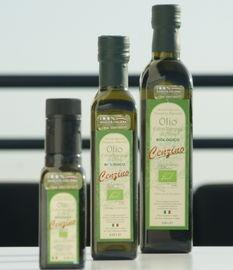 Italiaanse Biologische Olijfolie van Marvulli.     Vincenzo Marvulli besteedde in 1960 zijn bruidsschat aan de aankoop van een olijvengaard met zeer oude olijvenbomen. De omgeving lachte hem uit. Wij weten nu beter.     Een topper. De winnaar van Biologische Olijfolie 100% Unaprol in Italië in 2011 en door velen geroemd. Afkomstig uit het Zuidelijk gedeelte van Italië. De olijfolie wordt gemaakt van de Ogliarola olijven, een olijf typisch voor de streek ten westen van Bar