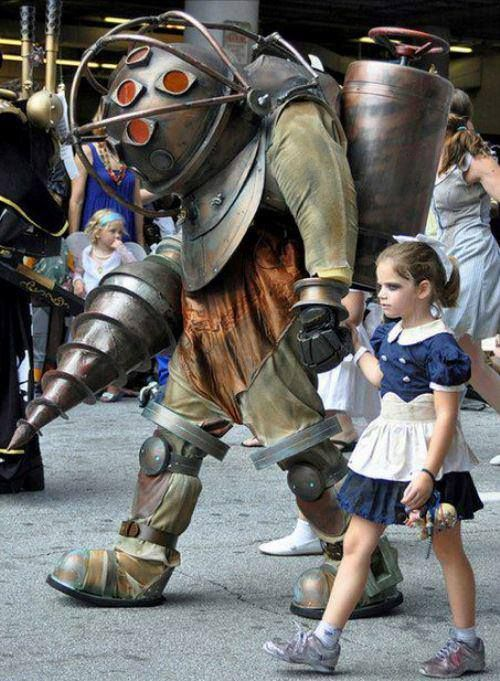 AHHHHHH!!! Bioshock Big Daddy and Little Sister COSPLAY. If I can get my niece to do the Little Sister, I'll go as a Splicer!!