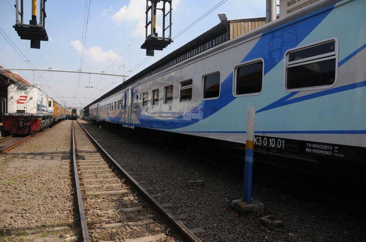 Kereta penumpang kelas Ekonomi AC (KAC3) yang dipakai dalam rangkaian KA Bogowonto relasi Jakarta Pasarsenen-Yogyakarta Tugu.