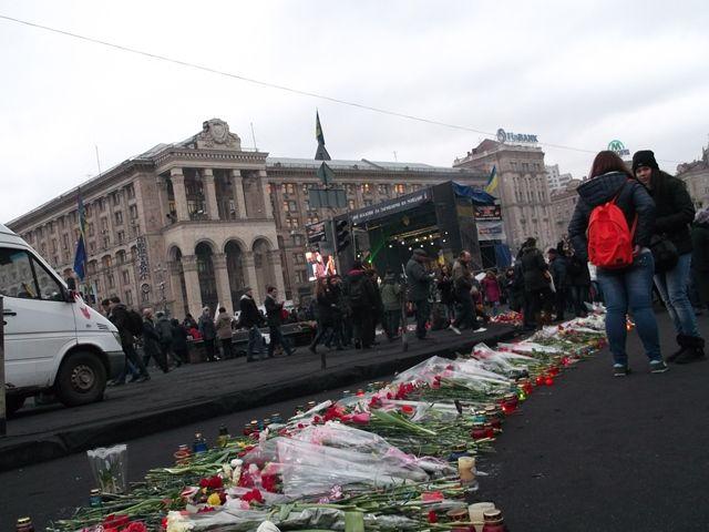 """SOS Ukrajina - sme priamo v teréne. Naša humanitárna pracovníčka Edita Bednárová, ktorá vycestovala na Ukrajinu, aby priamo mohla dozerať na využitie príspevkov zo zbierky SOS Ukrajina, informuje: """"Na Majdane je družná atmosféra, na tribúne sa striedajú rečníci, na námestí je veľa demonštrantov. Popri barikádach sa hromadia kvety a sviečky za pozostalých. Nikde nie je vidno žiadnych policajtov, ani iné ozbrojené zložky."""""""